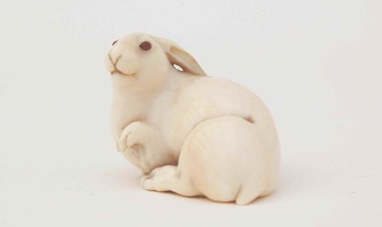 1900-luvun taite japanilaisen koriste-esineen silmin –  Hare with AmberEyes